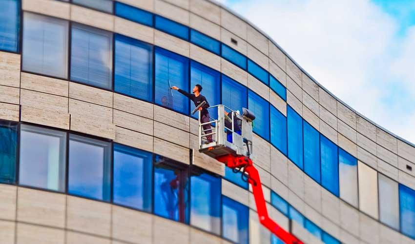 Gebäudereiniger beim Fensterputzen