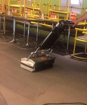 Teppichreinigungsmaschine im Café Münchner Freiheit