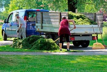 Gartenarbeiter beim Rechen