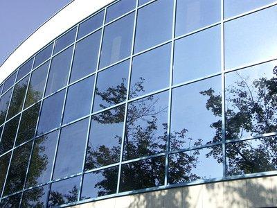 Fassadenreinigung München: Gereinigte Glasfassade an einem Gebäude in München