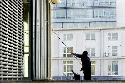 Glasreinigung München: Fensterputzer an einem Glasturm in München