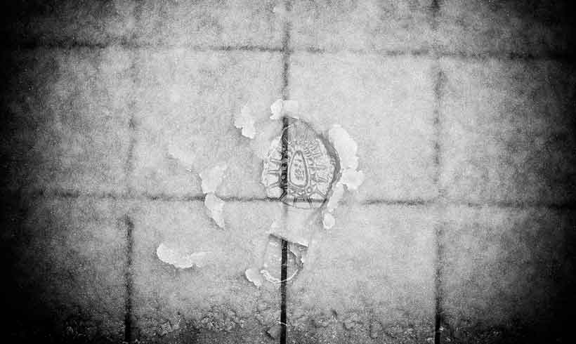 Schuhabdruck im nassen Schnee
