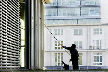 Glasreiniger reinigt Glasfassade